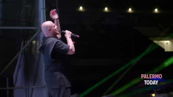 Fuochi, luci e coriandoli: fan in delirio per Gigi Dag e gli Eiffel 65 al Velodromo | VIDEO