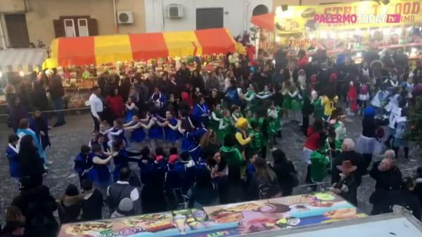 VIDEO | Musica, carri allegorici e gruppi mascherati: la sfilata del Carnevale di Cinisi