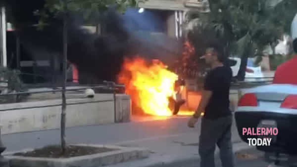 Vespa va in fiamme: paura in via Libertà | VIDEO
