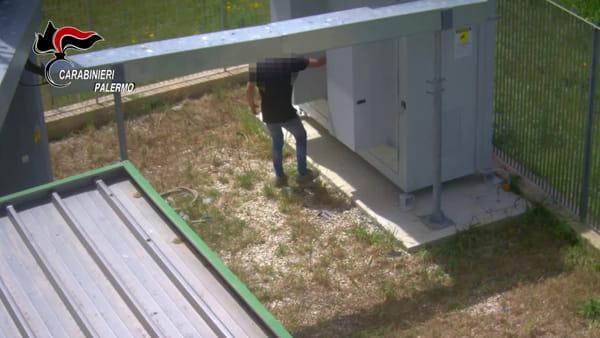 VIDEO | Rubavano anche le batterie dei gestori di telefonia: le immagini che inchiodano la banda di 15 persone
