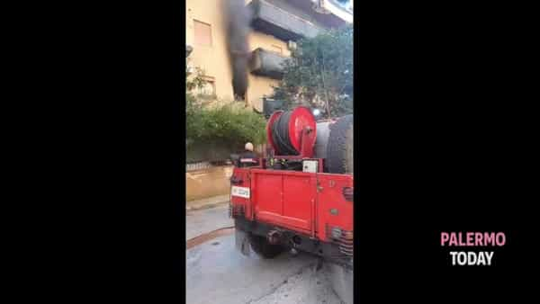 VIDEO | Paura a Capaci, scoppia incendio in appartamento: morto cagnolino
