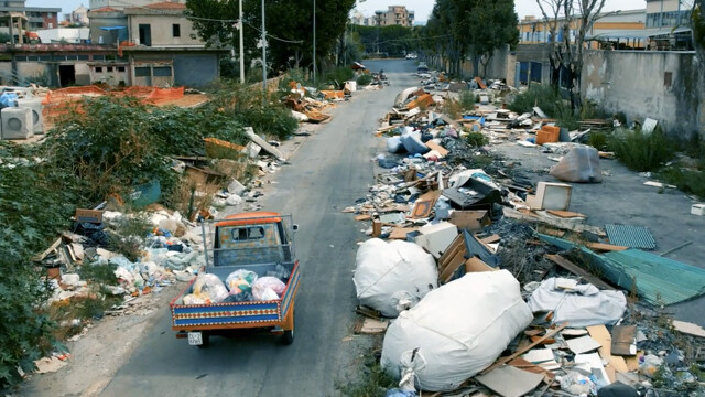 """Waste, the desperation of the residents of Borgo Nuovo: """"We can no longer open the windows because of the stench"""" thumbnail"""