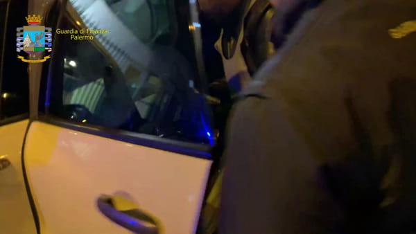VIDEO | In viaggio con la fidanzata e 500 stecche di Merit e Chesterfield: i controlli che inchiodano un 37enne