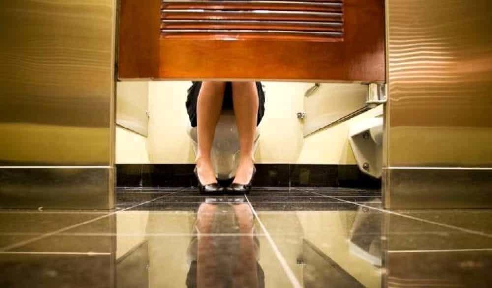 Registra le donne nel bagno di uno studio medico col - Le donne in bagno ...