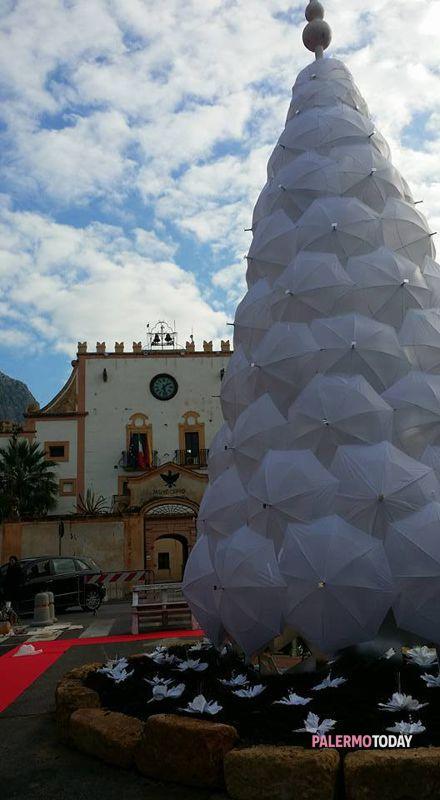Albero di natale fatto con ombrelli