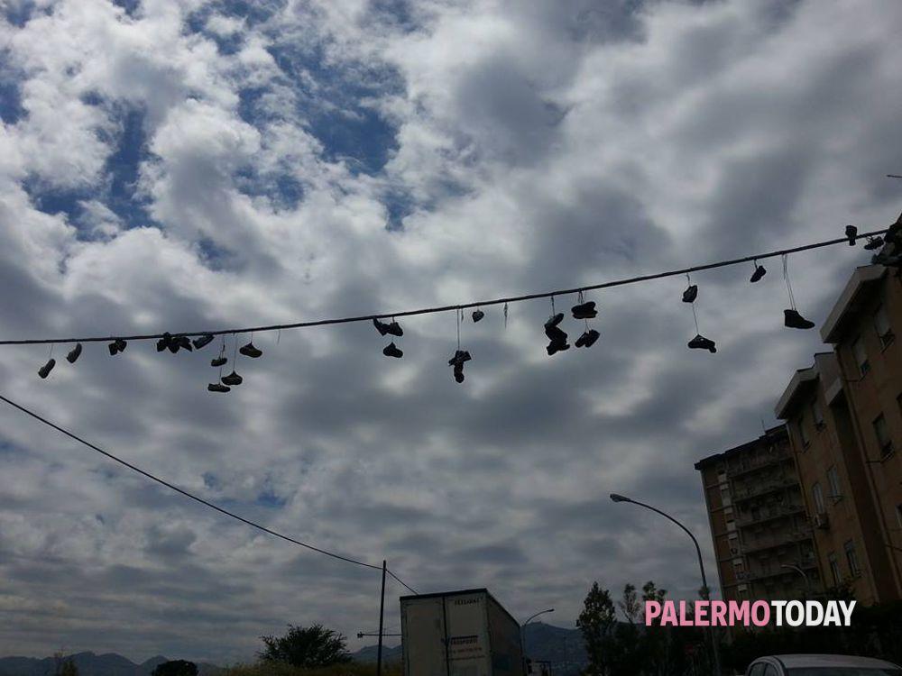 """newest collection df4b2 184d0 Scarpe appese ai fili della luce, al Villaggio arriva lo """"Shoefiti"""""""