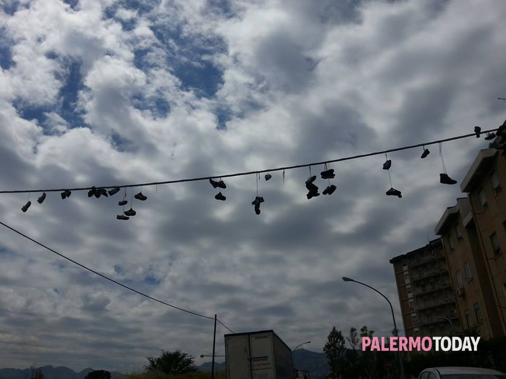 scarpe appese sui fili in trentino