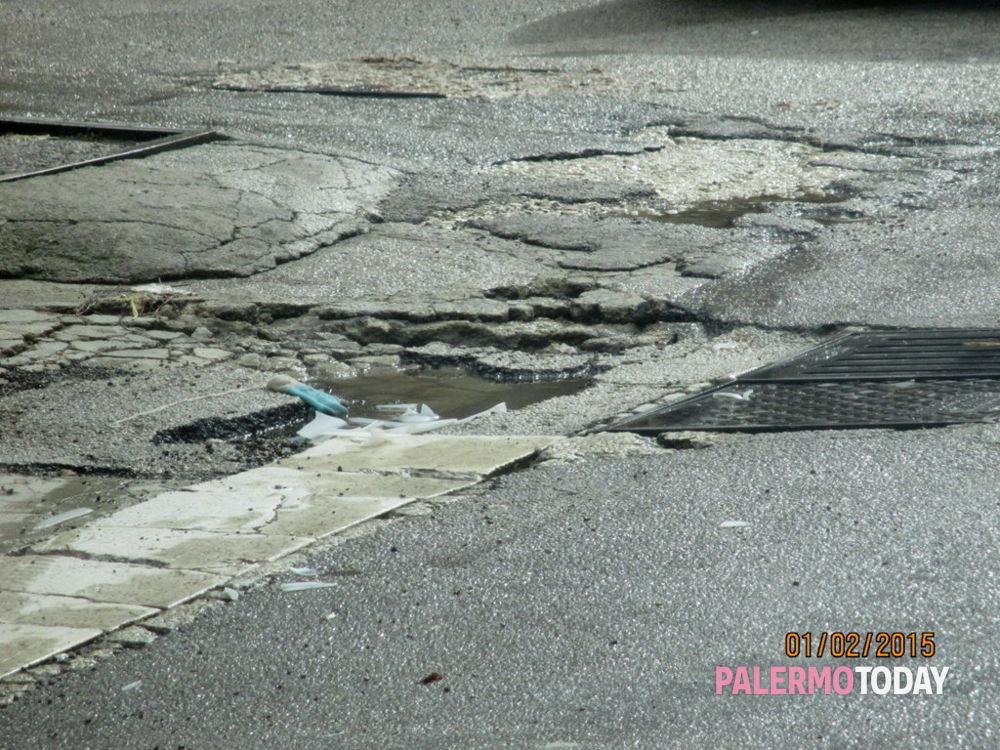 Via Castelforte, strada pericolosamente dissestata e piena di