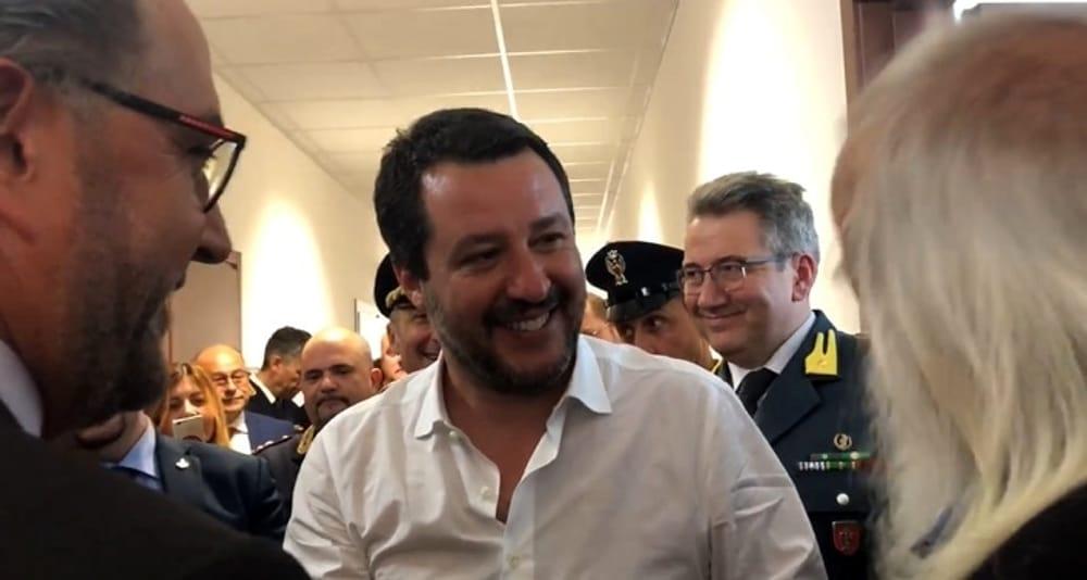 """Stretta di mano tra Salvini e Vincenzo Agostino: """"Il 23 ..."""