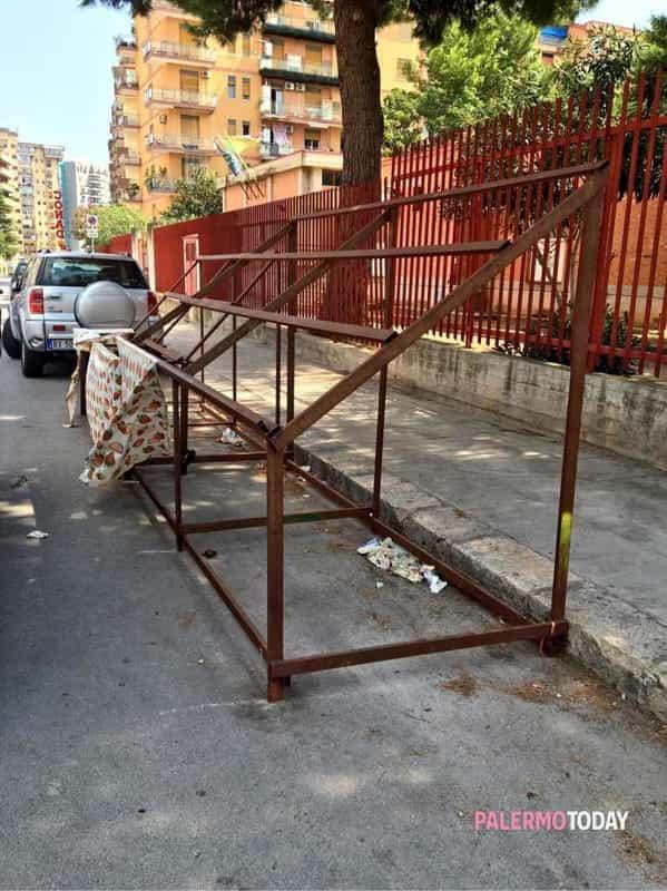 Via Ferdinando di Giorgi, pericolosa struttura in ferro davanti ...