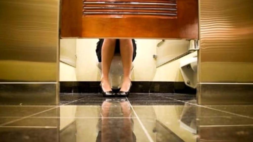 Spiava le donne nel bagno dell ufficio alla sbarra impiegato comunale