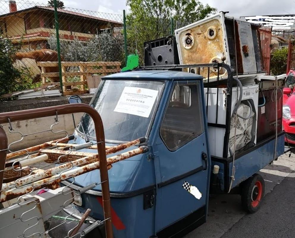 Raccolta Ferro Vecchio Catania trasportano rottami di frigoriferi, lavatrici e tv senza